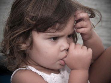 ترک عادت انگشت مکیدن در کودکان