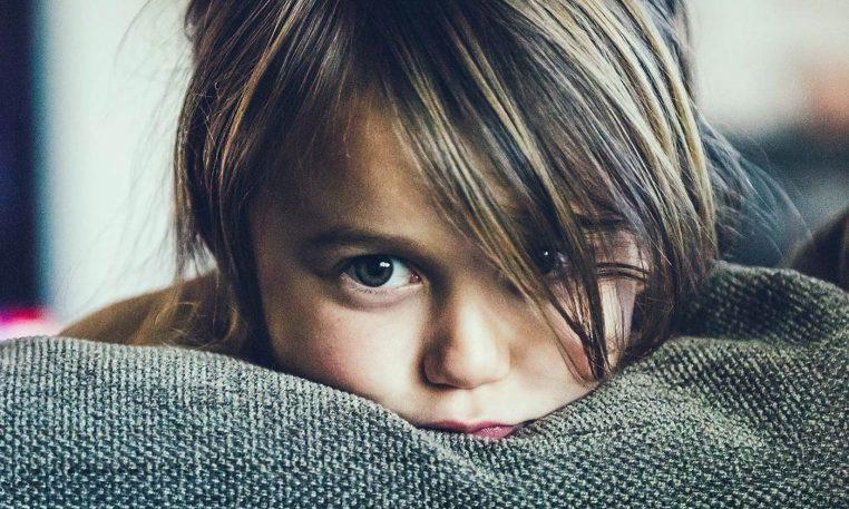 با خجالتی بودن کودکان چه کنیم؟